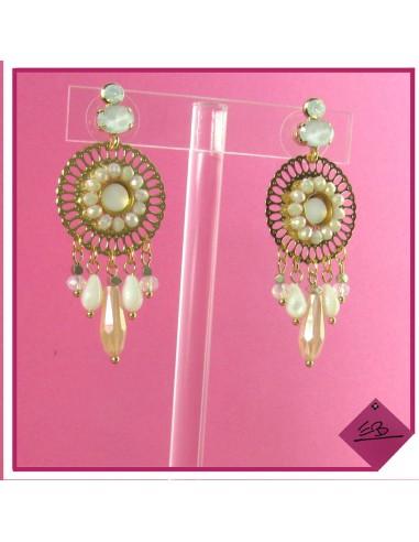 Boucles d'oreilles en métal doré, cercles de petites perles translucides dune et pampilles blanches et rosées translucides