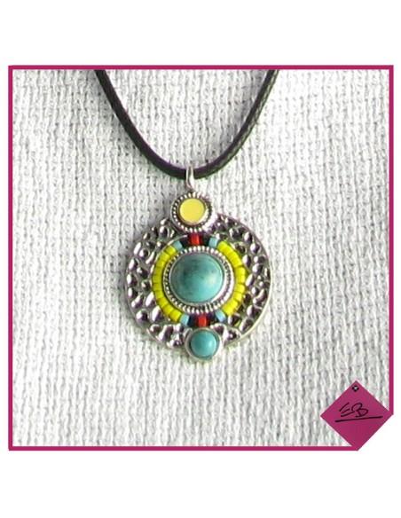 Collier médaille avec deux perles turquoise montées sur disque métal