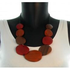 Colier en bois orange sur lien corde, fermeture à noeud coulissant