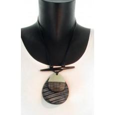 Collier en lacet et résine métal double sphère