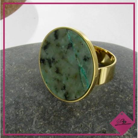 Lot N°68 bague réglable en acier doré et pierre naturelle verte